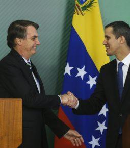"""""""Deus é brasileiro e venezuelano"""", diz Bolsonaro a Juan Guaidó"""