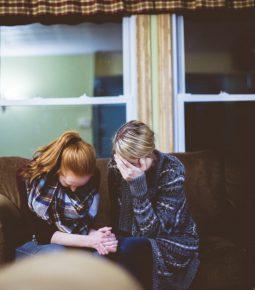 Mães influenciam mais a fé dos filhos do que os pais, afirma pesquisa