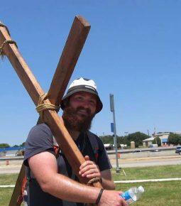 """Homem passará três meses caminhando com uma cruz nos ombros: """"compartilhar as boas novas"""""""