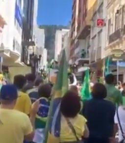 Apoiadores oram no local onde Bolsonaro levou facada em Juiz de Fora
