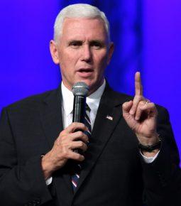 """Mike Pence alerta formandos cristãos: """"Estejam preparados para serem ridicularizados"""""""