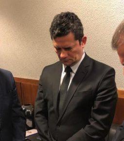 Sérgio Moro recebe Bíblia e orações de pastores