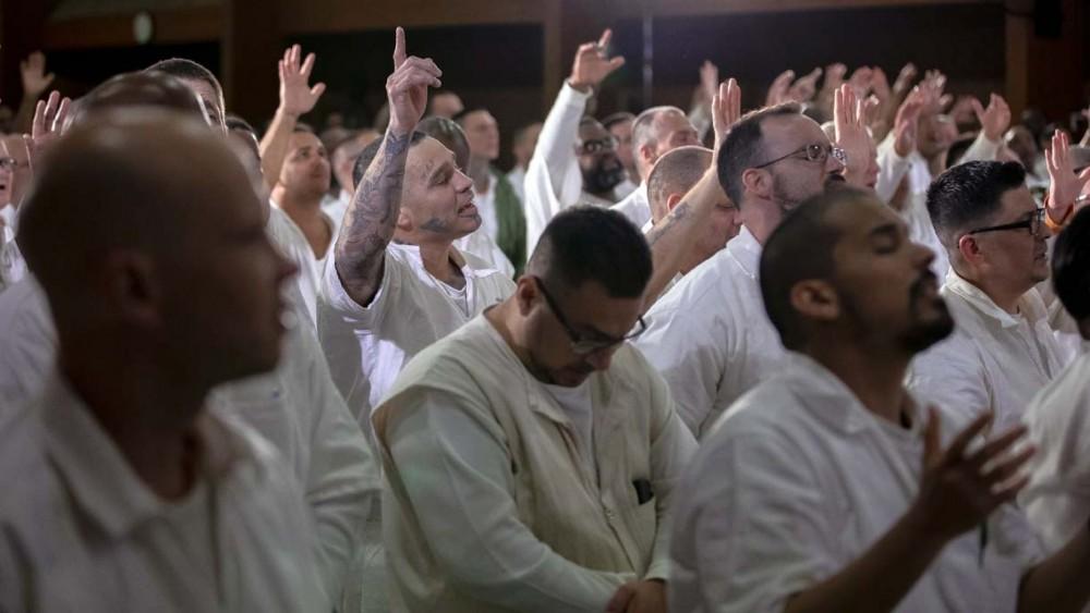 Membros de gangues rivais se batizam juntos em prisão de segurança máxima
