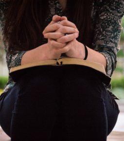 Primeira Bíblia em áudio com voz feminina é lançada para ajudar mulheres traumatizadas