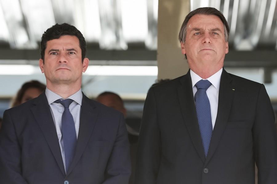 Bolsonaro se reúne com Moro e o condecora após vazamentos