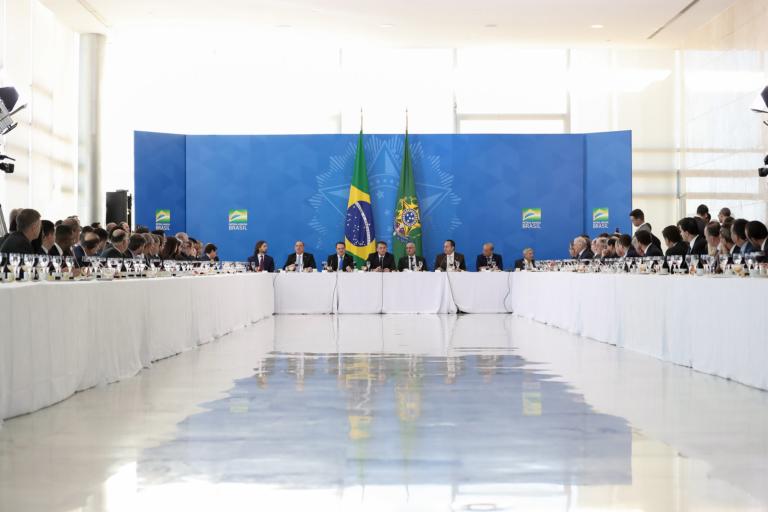 Com ministros, Bolsonaro recebe bancada evangélica