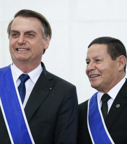 Bolsonaro decide passar cargo a Mourão, diz colunista