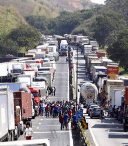 Contra o STF, caminhoneiros ameaçam entrar em greve