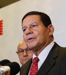 Mourão assina decreto que autoriza militares no INSS