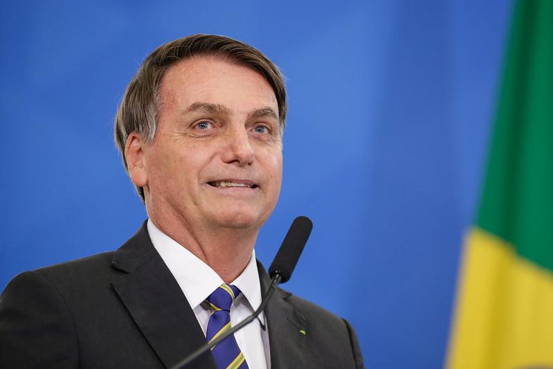 """Bolsonaro celebra avanço de lei que fará preso """"se bancar"""""""