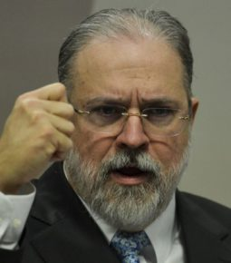Aras afirma que Bolsonaro pode decidir sobre isolamento
