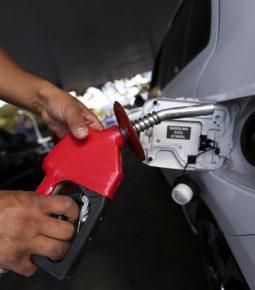 Gasolina atinge menor preço nas refinarias em 15 anos