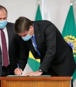 Covid-19: Bolsonaro libera R$ 2 bilhões para obter vacinas