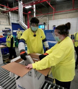 Primeiros carregamentos de vacina da Pfizer deixam fábrica