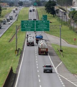 Caminhoneiros tentam bloquear rodovia, mas polícia impede