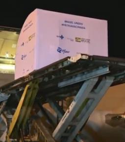 Avião com 1 milhão de doses da vacina da Pfizer chega ao Brasil