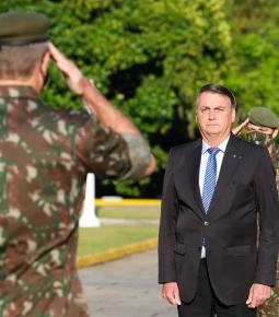 """Bolsonaro diz que as Forças Armadas estão """"ao lado da lei"""""""